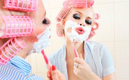 женщина бреет лицо