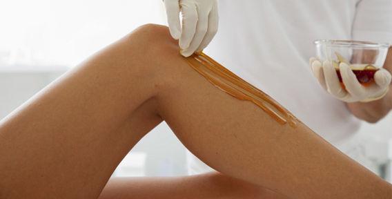 Эпиляция ног сахарной пастой